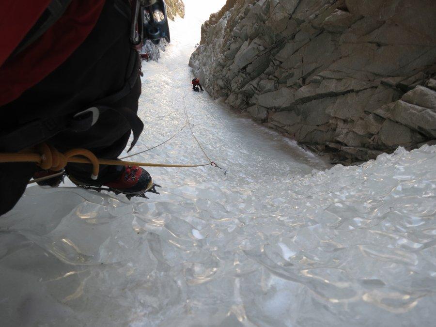 Aykut kilit ip boyunu tırmanırken, aşağıda istasyonda Anıl görünüyor (Foto: Aykut Türem)