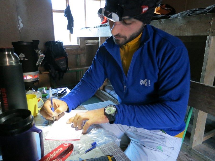 Anıl tırmanış günlüğünü yazarken (Foto: Aykut Türem)